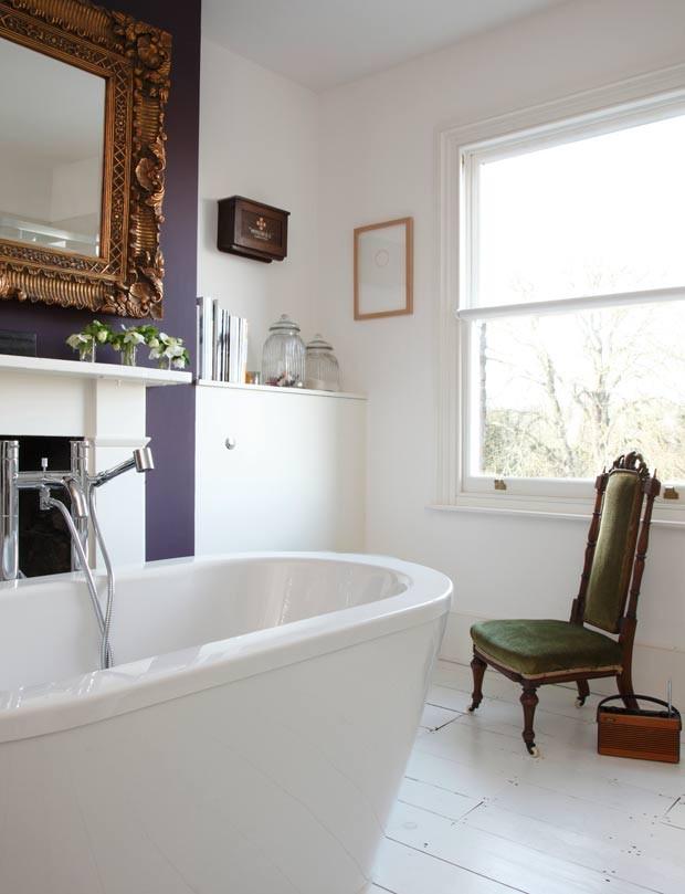Alguns toques de cores em meio ao branco do banheiro trazem personalidade para o espaço (Foto: James Balston/Divulgação)